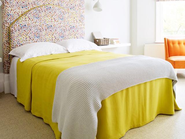ベッドカバーやシーツは明るい色に